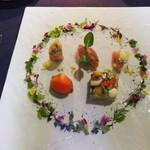 BISTRO FAVORI - お花のリースの中に前菜5種