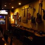 バー トリニティー - ギターとベースも完備。