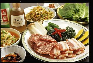 本場ソウルの味 味家 - サムギョプサルAセット 牛ロース肉と黒豚ばら肉、前菜、焼き野菜の盛り合わせ