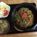 お食事処ふみ - そばめしにはサラダと味噌汁付き(780円)