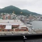 ラビスタ函館ベイ - 窓側にあるカウンターから函館山と赤レンガ倉庫