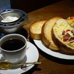 菊竹珈琲堂 - 【ランチセット】石釜焼ソフトフランスパンをサクサクふっくらトーストし、ピザ・バター・はちみつの3種類のトッピングでご用意致しました。シンプルな組み合わせなので、珈琲との相性も抜群です♪