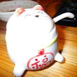 石垣島の焼肉屋 - 卓上の猫