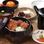 浜名湖サービスエリア 浜名亭 - 1杯目はそのまま鰻丼で、2杯目は薬味をまぶしてまぶし膳で、3杯目はだし汁を注いでお茶漬で・・・従業員おすすめの「おひつまぶし」