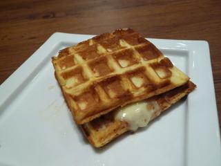 オスロ コーヒー 横浜ザ・ダイヤモンド店 - デンマークチーズとハムのワッフル(モーニングB)