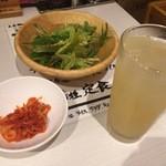 丸喜 - サラダとキムチ、ドリンクのグレープフルーツジュース