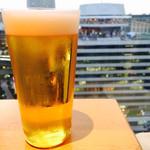 備長 - 薄いグラスに冷た〜いビール。とりあえず。 お値段は場所柄やや高め。(。-_-。)