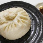 栄華光本店 - 肉まん、ソース&芥子で