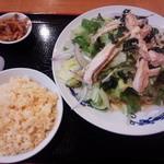 中華台湾屋台 三彩居 - 冷し鶏肉のサラダ麺+半チャーハン\800
