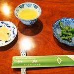 菱東 - 最初にお茶、漬物、いんげんが出てくる