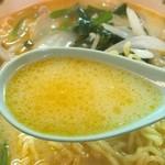 カッパ大王 - 豚骨ベースの白湯スープにラー油のチューニング。ニンニク風味もアクセントに。