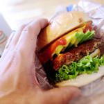 BESNUG - 持ちきれないサイズのハンバーガー 豪快に食べるのが良いですね!