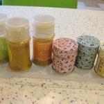 リョウカク - テーブルには七味各種、カレーパウダーも。