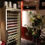 赤身肉専門 焼肉 牛進 - 入口付近のワインセラー