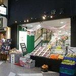 3915348 - 1階の果物店の左に階段があります