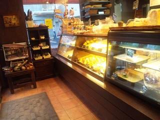 金麦 - たくさんパンが並ぶ店内
