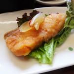 加里部亭 - 「Aランチ」の鮭の南蛮漬け。