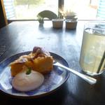 カフェ明治学校 - 料理写真:黄金柑のベイクドチーズケーキと津金のリンゴジュース