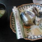 39157972 - 自分で作った味噌汁と一緒に、いただきます。左の4切れが早。右の3切れが馴。