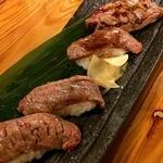 ちぬまん 恩納サンセットモール店 - 和牛の炙りの握り。塩とたれの2種類。