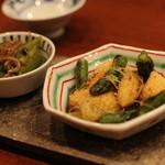 蕎麦切り 酒 大愚 - お通し2種 ヤングコーンとアスパラの焼き浸し 満願寺とじゃこ