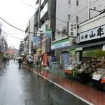 山年園 - 梅雨のとげぬき地蔵通り