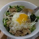 ナナズ グリーン ティー - 鶏そぼろどんぶり(S):600円