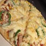 テキサスロングホーン - ツナとコーンのバジルチーズピザ