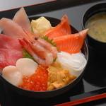 沼津港海鮮食堂サマサ水産 - 料理写真:八種類の海鮮ネタがのる豪華「海宝丼」です。