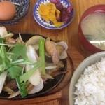 39171906 - 親鶏もも焼き鉄板定食 ¥650