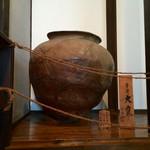 風凛 - 階段途中にある平安時代の大甕