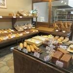 匠 - 木材を活かしたお洒落な店内には焼きたてパンの良い香りが漂ってました。