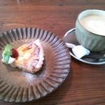 テノワ - 木苺のジャムが甘酸っぱい。生地は塩がきいてる。コーヒーのお砂糖は小さなお菓子のように紙に包んで添えられている。