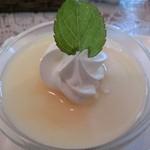モモカフェ - ランチセットのプチデザート。ミルクプリンのジンジャーソースかけ♪