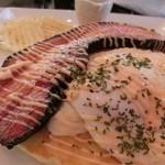 モモカフェ - ランチメニューのひとつ(1100円)。パンケーキに存在感のある厚切りベーコンがのっています!