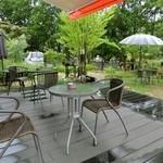 モモカフェ - あいにくの雨でしたが、テラス席でお喋りするのも楽しいでしょうね♪