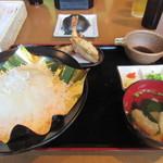 門司港グルメ海門 - 先ずは友人の頼んだふぐ丼定食1800円、ふぐ丼にふぐの唐揚げ、ふぐの吸い物と言ったふぐ尽くしの定食ですね。