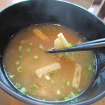 門司港グルメ海門 - お弁当に添えられた味噌汁は揚げの入ったシンプルな味噌汁でした。