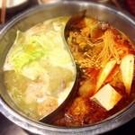 やまだて - 水炊き、とても美味しかったです。スープを2種類選んで二色鍋にして正解でした。