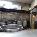 39192780 - 「濱壱家 元住吉店」厨房。ガラからスープを起こしている店です。