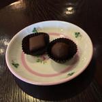 ショコラティエ・ミキ - 菱形がマジパンのボンボンショコラ(240円)と円形がショコラオゥラニョーサブラン35年(280円)