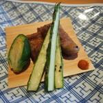 39195442 - ハーブ三元豚の岩塩焼き。夏野菜のあしらいも良いセンスです。