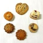 ケテル -  (上から時計回りに)チョコバナナクッキー、クランベリークッキー、マーブルクッキー、ごまガレット、コーヒーガレット、ヘーゼルクッキー