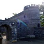 レ・マーニ - 古城のような入口。