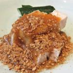 橙 - 鶏胡麻です。                             蒸した鶏肉に濃厚な胡麻ソースをかけたもの。                             和製バンバンジーみたいな~♪