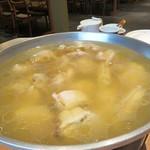橙 - 水炊きには、透明なスープと白濁しているスープの2種類があり、お店によって様々ですが、                             こちらは透明なタイプ。                             クリア&ストレートに鶏の滋味深さが伝わってきます。