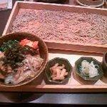 大戸屋 - 車麩と熟成豚の本場韓国産キムチどんぶりと板そばのセット