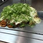福丸 - チーズ焼  広島焼の肉玉そばにチーズやネギがたっぷり。 チーズはバーナーで少し焦げ目をつけて完成します! おいしく頂きました (*´ڡ`●)