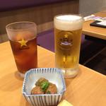 39211263 - 静岡麦酒とウーロン茶、お通しの肉団子