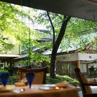 ゆったりお食事をお楽しみいただける贅沢空間